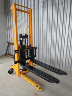 Штабелер ручной гидравлический регулируемый (SFH2016) незаменим на складах с вертикальным складированием товаров, при разгрузке и погрузке транспорта. Грузоподъемность 1500 кг. Высота подъема 1600 мм.